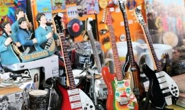 Guitarras y muñecos de The Beatles / FERIA INTERNACIONAL DEL DISCO