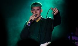 Gus Dapperton en un concierto / GET SOME MAGAZINE