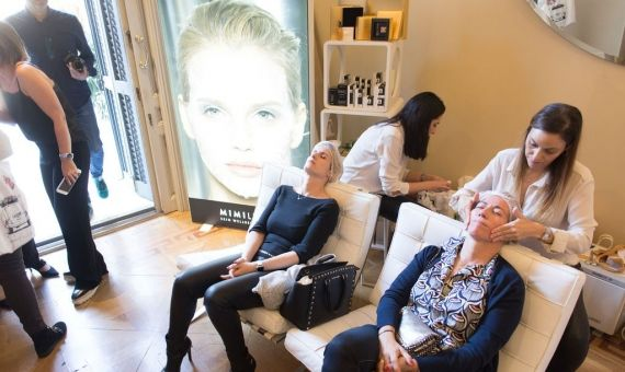 Mujeres experimentando un tratamiento en el 'Beauty Bridal Day' / BEAUTY BRIDAL DAY
