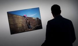 Un visitante en la exposición World Press Photo en el CCCB de Barcelona / EFE-Quique García