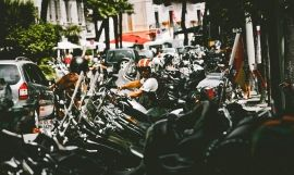 Aparcamiento de motos. Photo by pexels