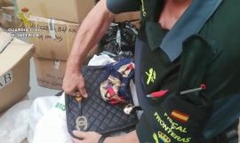 Bolso falsificado de la firma Chanel intervenido por agentes policiales / GUARDIA CIVIL