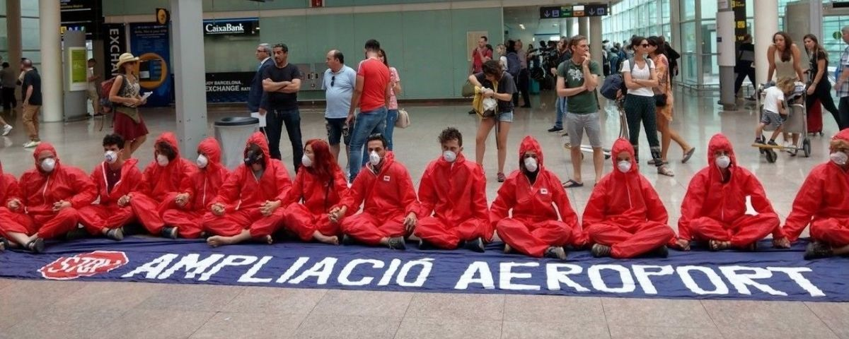 Los activistas de 'Stay Grounded' concentrados en el Aeropuerto de Barcelona / EUROPA PRESS