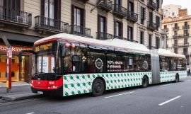 Un bus de TMB en una calle de Barcelona / EUROPA PRESS