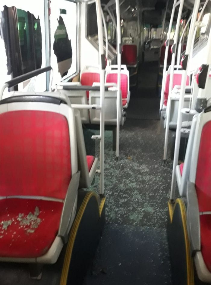 Interior del bus, con destrozos