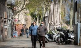 Dos hombres protegidos con mascarillas en Barcelona / David Zorrakino - Europa Press